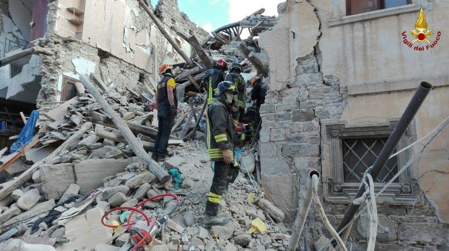 Terremoto, dieci vittime a Pescara del Tronto'. Tante persone intrappolate nelle macerie