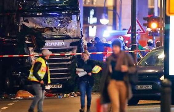 Tir su mercato a Berlino, per polizia è terrorismo: autista arrestato