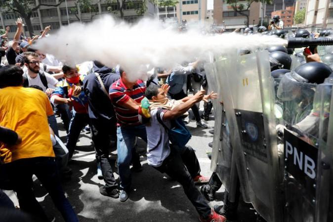 Venezuela, militari tentano rivolta contro Maduro. 7 arresti. Nuovi scontri, 2 morti