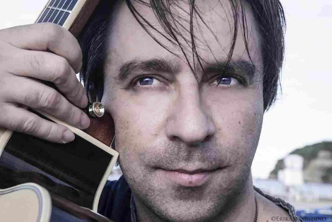(ASI) Il chitarrista abruzzese Andrea Castelfranato è noto da anni per il suo virtuoso talento di mani e di cuore che si manifesta sulle corde e sul legno ... - castelfranato